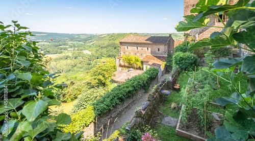 Fotografiet Vue du village de Cordes-Sur-Ciel, un des plus beaux villages de France, cité médiévale grand site d'Occitanie
