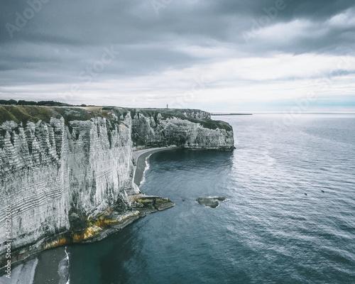 Chalk cliffs at Porte d'Amont in Étretat, France Fototapet
