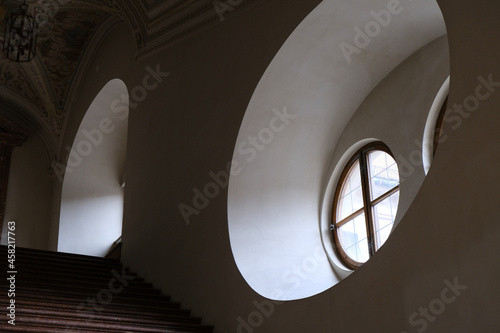 Photo Windows inside historic classic old building house palace with archways, columns