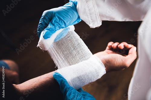doctor bandages a man's hand Fototapet