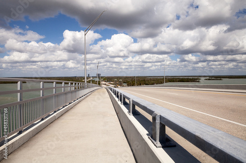 Foto Panoramic View Headed Onto Marco Island, Florida From Collier Boulevard 951 With The Bay Ocean View