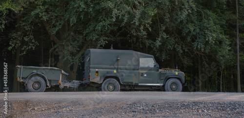 Foto British Army Land Rover Defender Wolf medium utility vehicle on military exercis