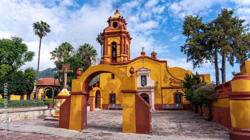 Fotografering Iglesia del pueblo mágico Peña de Bernal en una tarde soleada con cielo azul