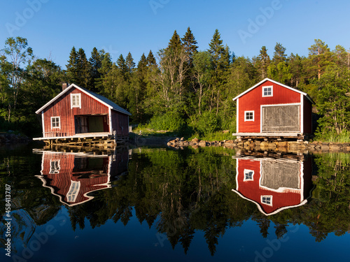 Foto House By Lake Against Building Against Sky