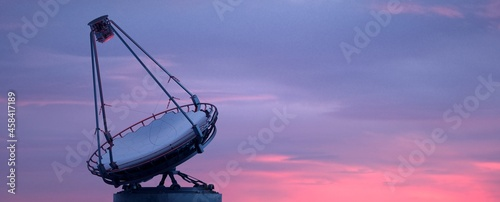 Fotografiet Astronomical telescope pointing to the sky in search of stars.