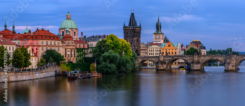 Fotografia Famous Charles bridge in Prague during twilight.