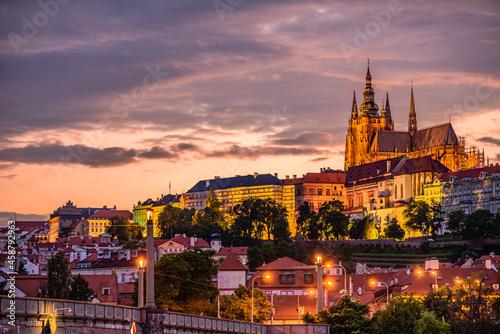 Billede på lærred Cityscape of Prague with the famous castle during sunset.