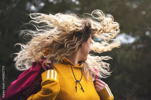 Młoda dziewczyna z rozwianymi włosami