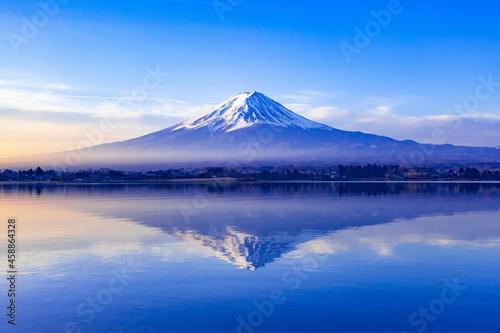 夜明けの富士山、山梨県河口湖にて Fotobehang