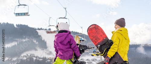 Photo Family winter vacation in ski resort