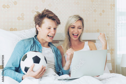 Photo Young couple handsome husband and beautiful wife feel great when the soccer they