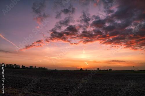 Efekty na niebie po zachodzie słońca.