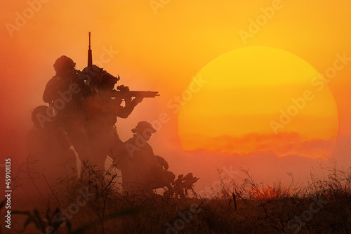 The silhouette of a military soldier with the sun as a Marine Corps for military Fototapet