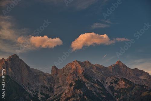 Canvas Print das steinerne meer im sonnenuntergang mit alpenglühen unter dramatischen wolken