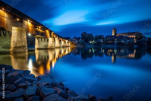 Cuadros en Lienzo Holzbrücke in Bad Säckingen vom Schweizer Rheinufer aus zur Blauen Stunde