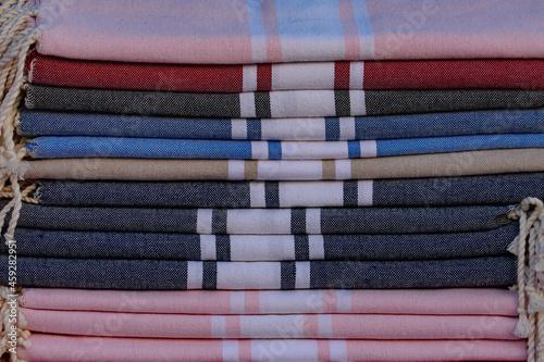 Foto piles de fouta, draps de plage sur un marché