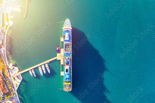 Obraz na plátně Big cruise liner ship near the pier