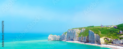 Foto Alabaster cliffs and beach of Etretat, Normandy, France