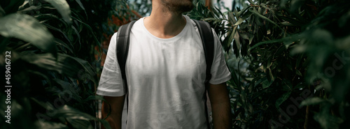 Photo The man wears a white shirt without a logo in the outdoors city jungle