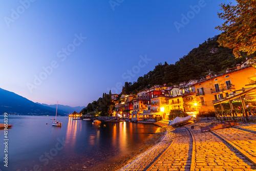 Obraz na plátně The town of Varenna, on Lake Como, photographed at dusk.