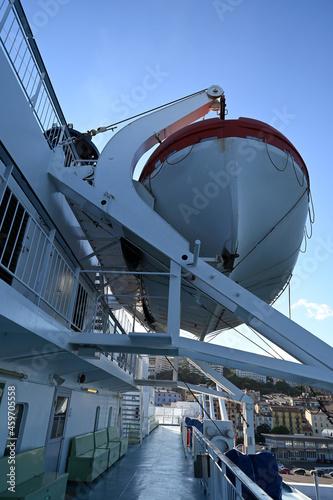 Fototapeta Embarcation de sauvetage sur le pont d'un navire transportant des passagers
