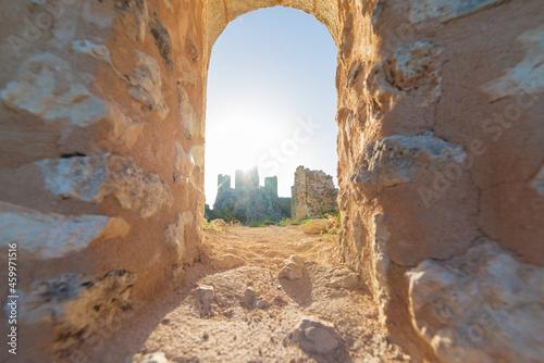 Valokuva Castle ruins on mountain top at Rocca Calascio, view through stone window, landmark in the Gran Sasso National Park, Abruzzo, Italy