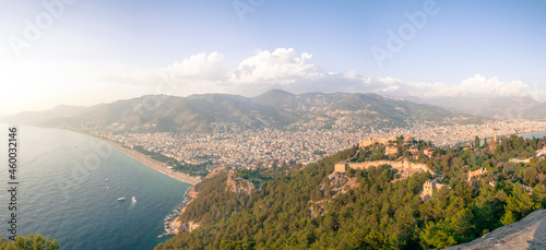 widok na nadmorskie miasto z zamku