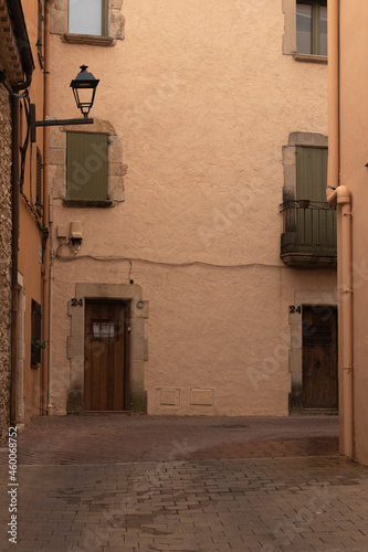 Canvastavla deserted street in the medieval town of begur on the costa brava on a cloudy sum