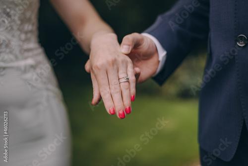 Billede på lærred Picture of bride and groom with wedding ring.