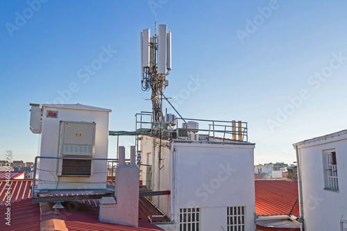 Foto Caseta y antenas de telefonía movil y cableado en azotea de edificio