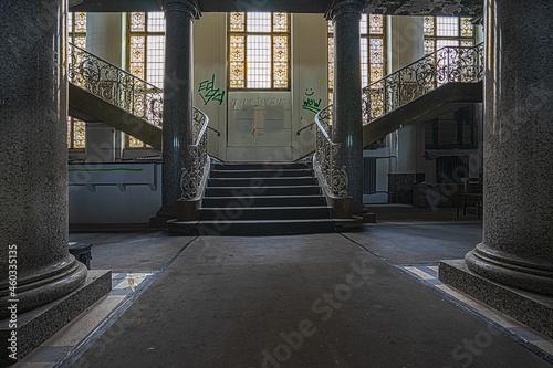 Valokuvatapetti Repäsentatives Treppenhaus in der Eingangshalle des alten Polizeipräsidiums in F