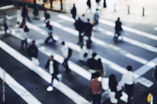 横断歩道を渡る人々 Fotobehang