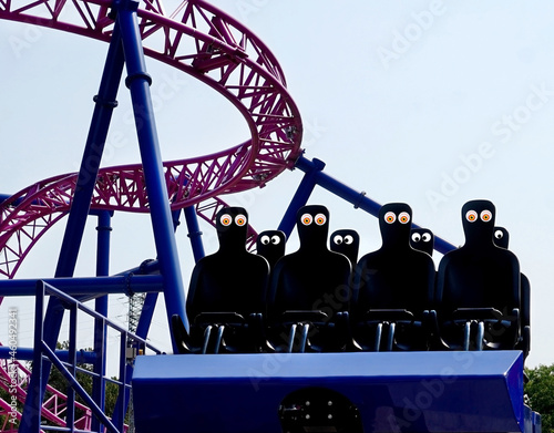 Платно Empty roller coaster seats with goofy googly eyes. Fun. Humor.