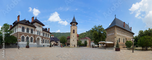 Fotografiet Piatra Neamt Central Plaza with the three main points of interest: Museum of Arts, Stephen the Great's Tower and Royal Court's Birth of Saint John the Baptist Church