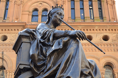 Obraz na plátně Bronze statue of Queen Victoria outside of Queen Victoria Building (QVB), corner of Druitt and George Streets