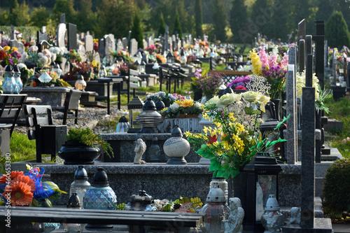 Ozdobione groby na cmentarzu