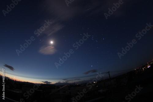 Obraz na plátne 朝日が昇る前の星と月