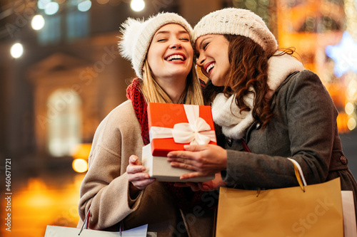 Photo Happy women friends exchanging christmas present
