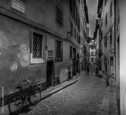 Billede på lærred Petite ruelle de Florence en noir en blanc avec un vieux vélo