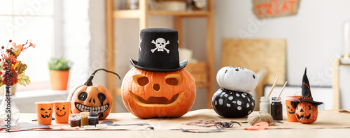 Photo Classic carven spooky jack-o-lantern in pirate hat standing on wooden table