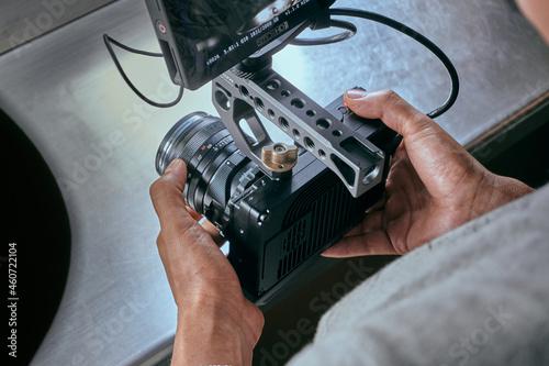 Slika na platnu Camara de cine y monitor en una superficie metalica