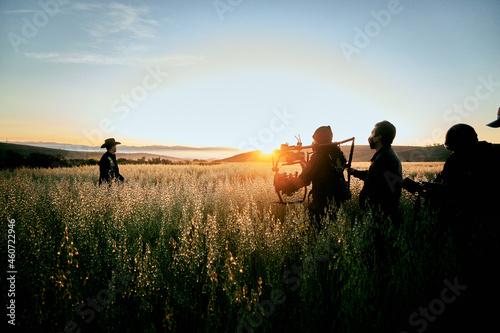 Equipo de cine grabando a un vaquero en el amanecer de un monte lejos de la ciudad