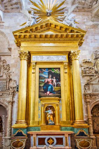 Retablo neoclásico con cuadro de Sebastiano de Piombo en la capilla de la presen Fototapet