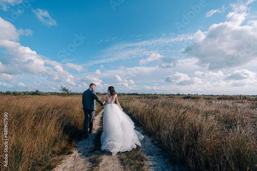 Billede på lærred bride and groom newlyweds at the sea