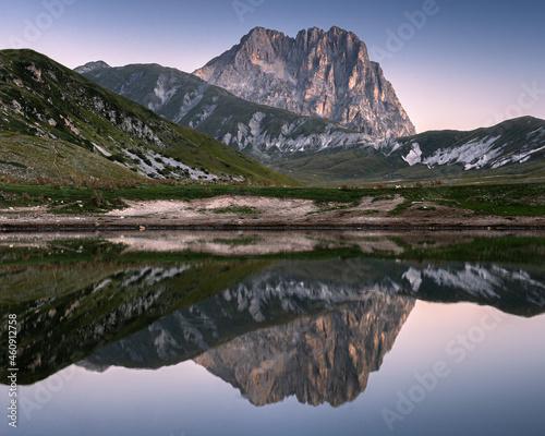 Obraz na plátně l'alba sul corno grande visto da campo imperatore, sul lago pietranzoni