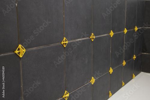 Fotografia Pose d'un carrelage mural noir dans une salle de bains