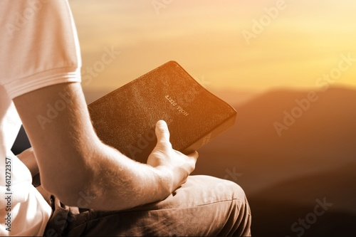 Tela Hands of a human on the bible