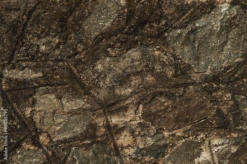 Tekstura zniszczonej brudnej ściany, ciemne plamy na popękanym murze.