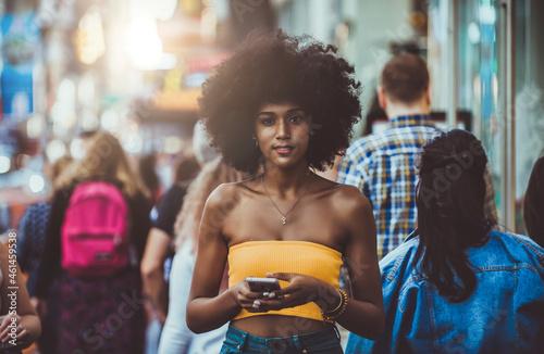 Murais de parede Young beautiful girl walking in Time square, manhattan
