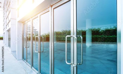 Fotografiet Glass doors of modern office building
